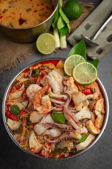 Tom yum misto di frutti di mare in minestra spessa hot pot piccante cibo tailandese.