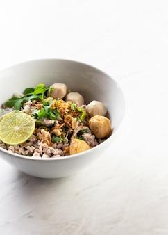 Tom yum noodles, лапша с легким острым супом tom yum с фрикадельками, лаймом, фаршем из свинины