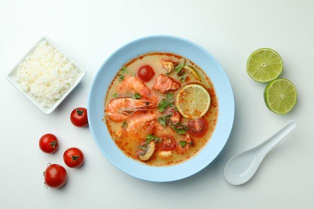 トムヤム スープと白い背景の上の食材