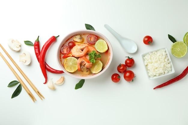 Суп том ям и ингредиенты на белом фоне