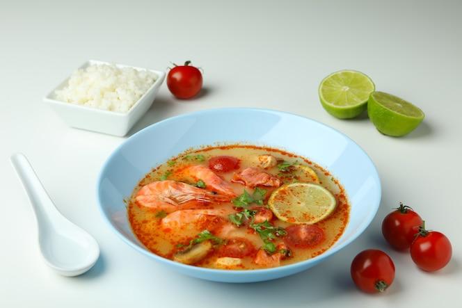 zuppa ed ingredienti di tom yum su fondo bianco