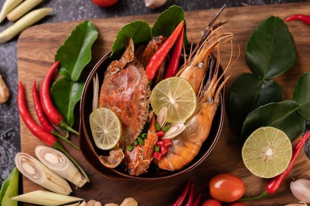 エビとカニのトムヤムとライム、チリ、トマト、ニンニク、レモングラス、カフィアライムの葉。
