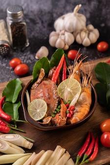 Tom yum con gamberetti e granchio con lime, peperoncino, pomodoro, aglio, citronella e foglie di lime kaffir.