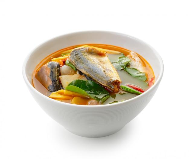Пряная рыба сардины, стиль еды tom yum тайский на белом фоне