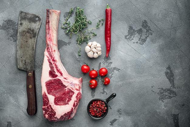 Tomahawk 원시 신선한 쇠고기 스테이크와 향신료와 오래된 정육점 칼