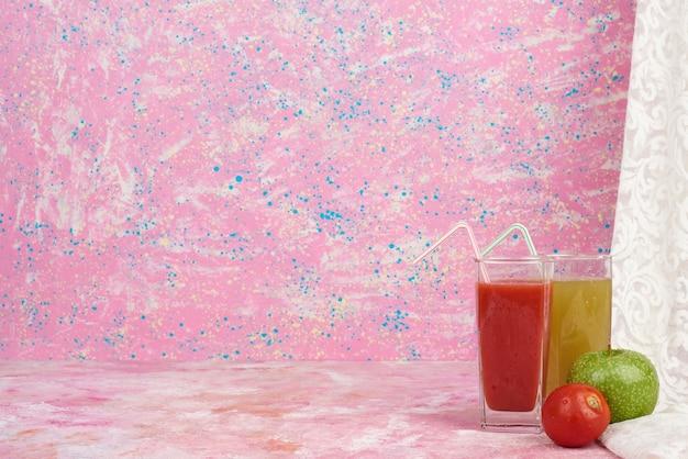 Помидор и яблоко с напитком.