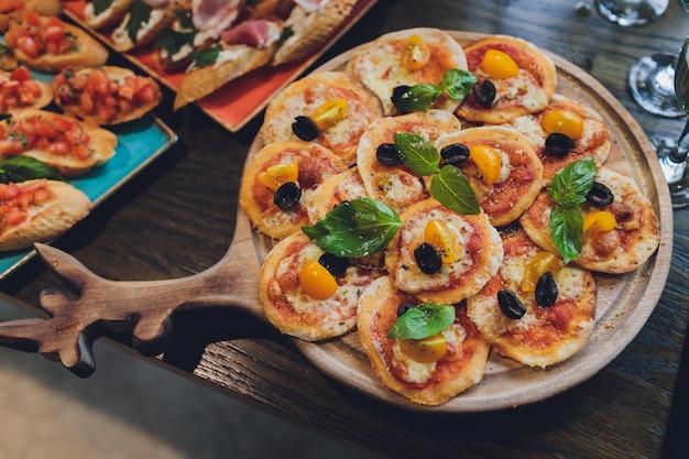 Мини-пицца с помидорами и моцареллой на борту