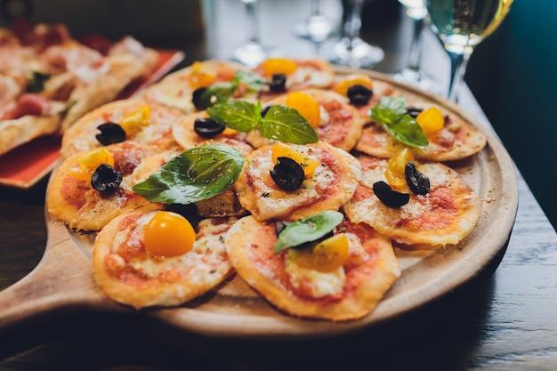 Мини-пицца с помидорами и моцареллой на борту.