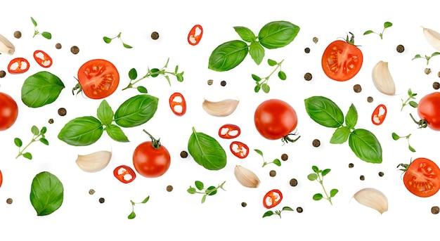 トマト、バジル、スパイス、唐辛子、玉ねぎ、にんにく。ビーガンダイエット食品、白で隔離の創造的な構成。新鮮なバジル、ハーブ、トマトのパターンレイアウト、料理のコンセプト、上面図。シームレスなパターン。