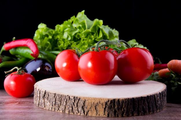 野菜とボード上のトマトの束