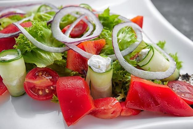 バジル黒胡椒と玉ねぎのトマトチェリーサラダ