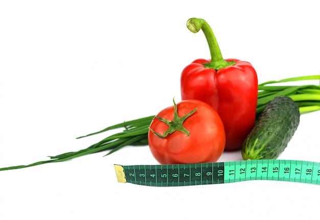 測定テープとトマト、キュウリ、赤唐辛子