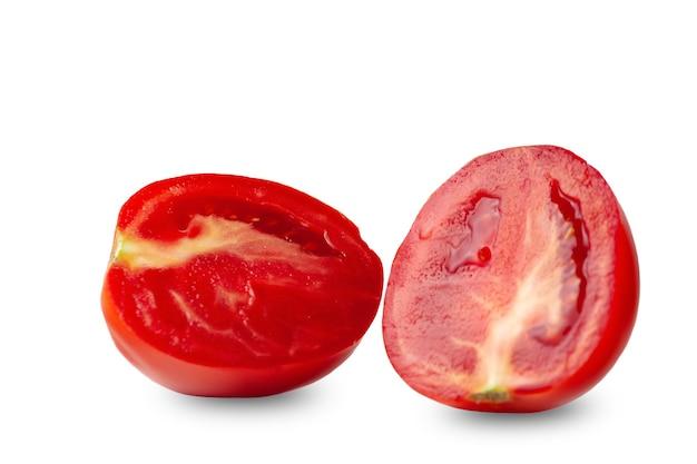 白い背景のトマトに分離されたトマトの半分にカット