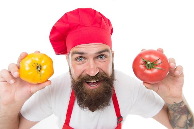 トマトダイエット。幸せなシェフがトマト野菜で調理します。ひげを生やした男の料理人は、白で隔離の手でトマトを保持します。トマトサルサまたはケチャップ。ガスパチョ。地中海料理。健康的な料理と食事。