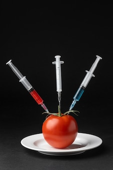3本の注射器でトマトを注入