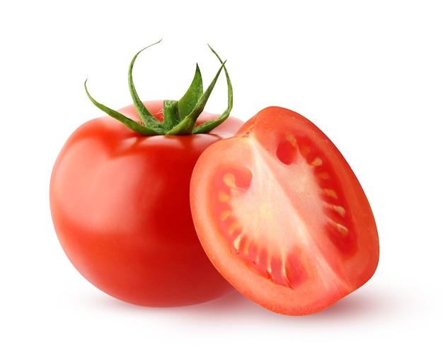 クリッピングパスで白い背景に分離されたトマト。野菜全体とカットピース。