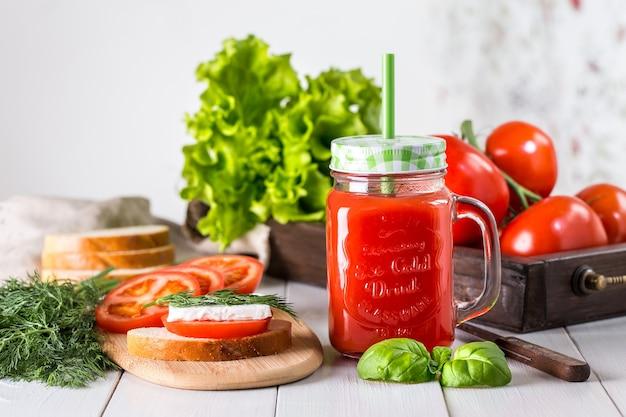 ほうれん草の透明な瓶にトマトジュース