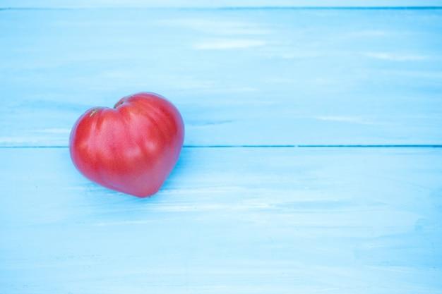 青いテーブルの上のトマト。