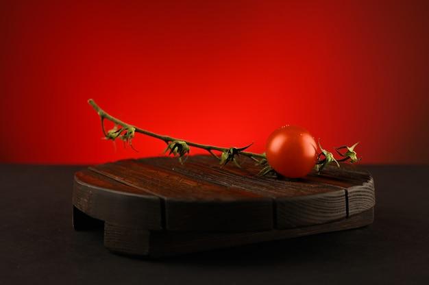 나무 보드에 토마토