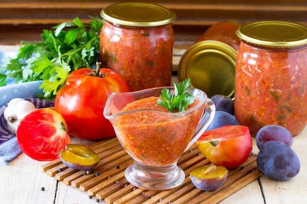 Томатно-сливовый соус с овощами