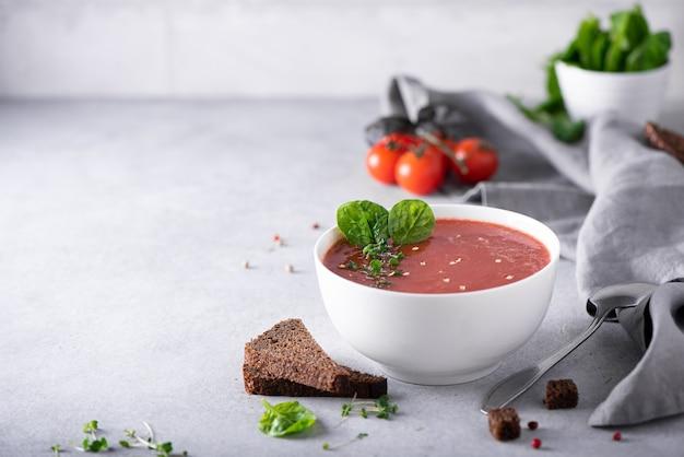 흰 그릇에 시금치와 토마토 퓌레 수프