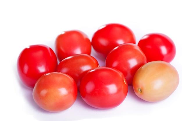 흰색 바탕에 빨간색 토마토입니다.