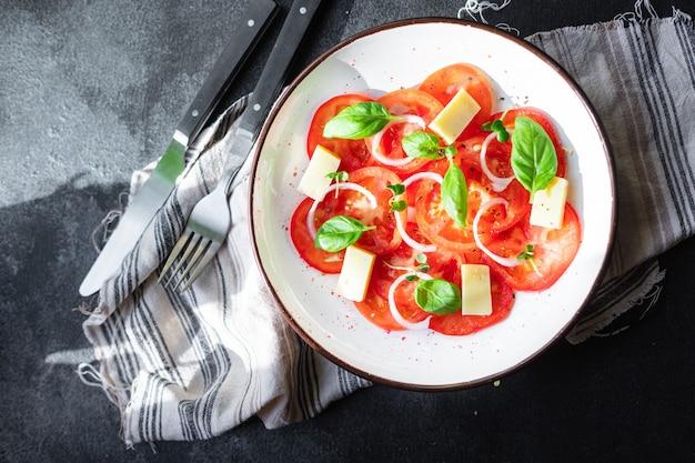 테이블 건강에 좋은 음식에 토마토 샐러드와 치즈 야채 야채 바질