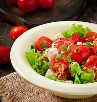 양상추, 치즈, 겨자와 마늘 드레싱을 곁들인 토마토 샐러드