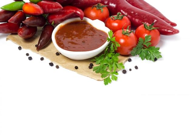 トマトソースと野菜をクローズアップで分離白