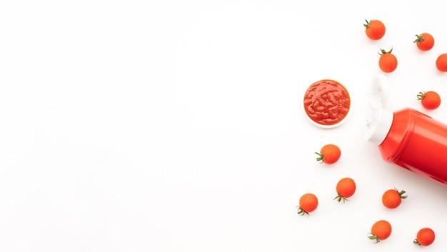 白い背景の上のトマトソースボトル