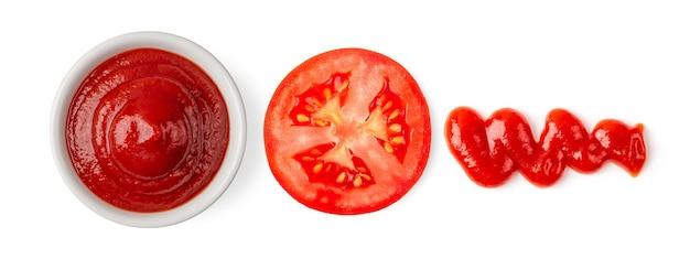 흰색 표면에 고립 된 그릇에 토마토 소스. 평면도