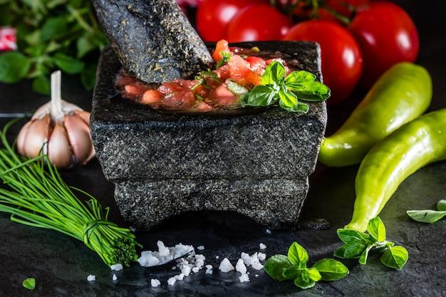 トマトソースサルサと具材