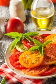 プレートにバジルのトマトソース