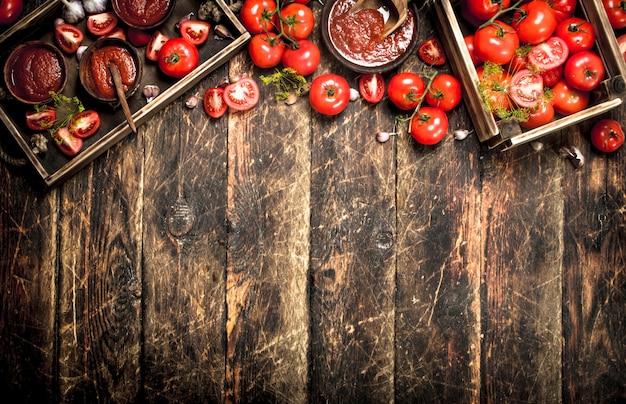 木製のテーブルの古いトレイにスパイスとニンニクのトマトソース。