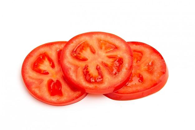 Ломтик помидора, изолированные на белом пространстве, вид сверху.