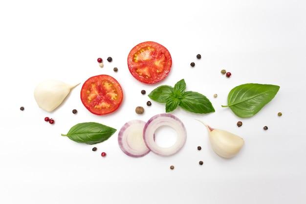 Ломтики помидора кольца фиолетового лука свежие листья базилика чеснок и душистый перец