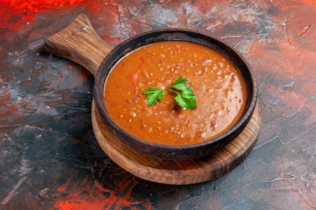 혼합 색상 표의 오른쪽에 갈색 도마에 토마토 수프