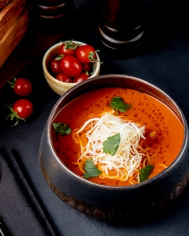 トマトスープwitgチーズの側面図