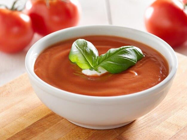 Томатный суп с гарниром из базилика.