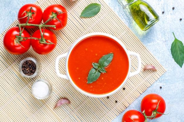 ボウルにバジルとトマトのスープ。