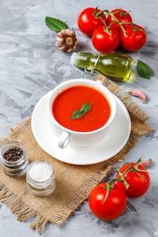 Томатный суп с базиликом в миске.