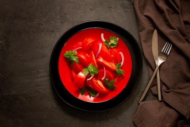 양파와 고수와 토마토 야채 샐러드, 어두운 테이블, 평면도, 수평.