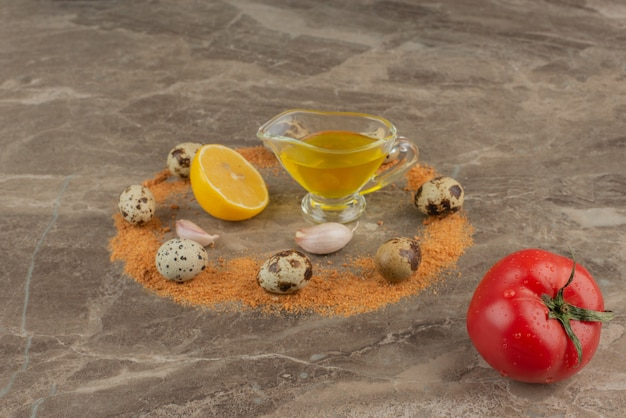 기름, 레몬, 메추라기 알을 곁들인 토마토.
