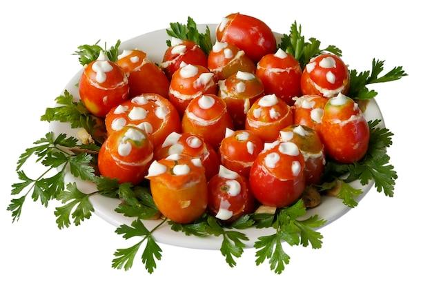 白い背景で隔離のプレート上のトマトサラダ