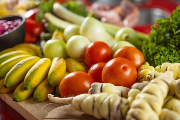 台所のテーブルにトマトとその他の野菜