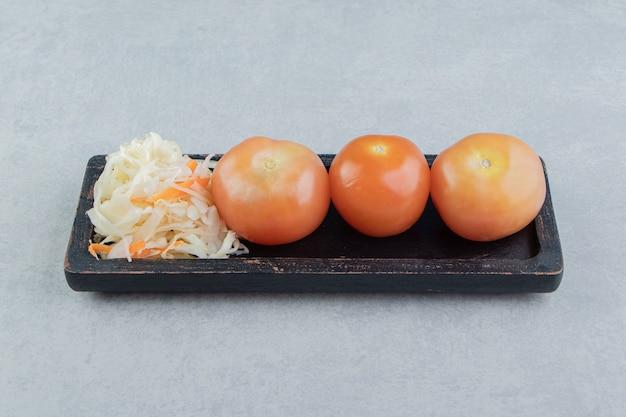 보드에 토마토와 소금에 절인 양배추