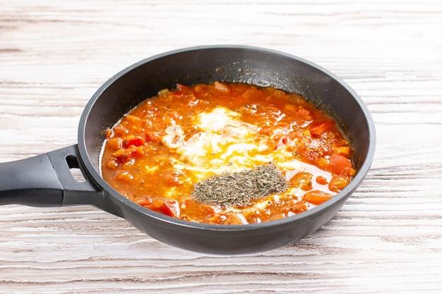 鍋にトマトとスパイス。チキンカラヒ