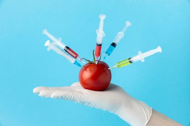 トマトと注射器の正面図