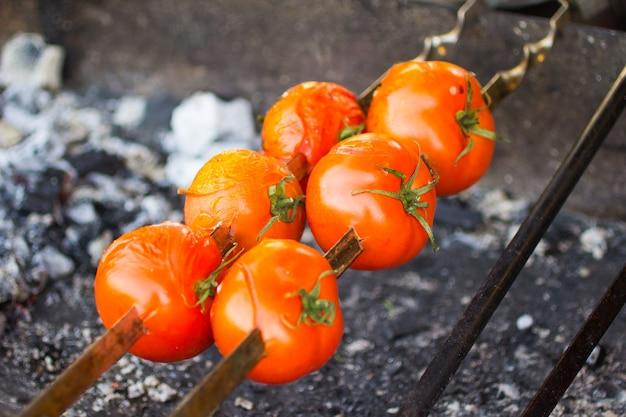 グリルでトマトを揚げています。