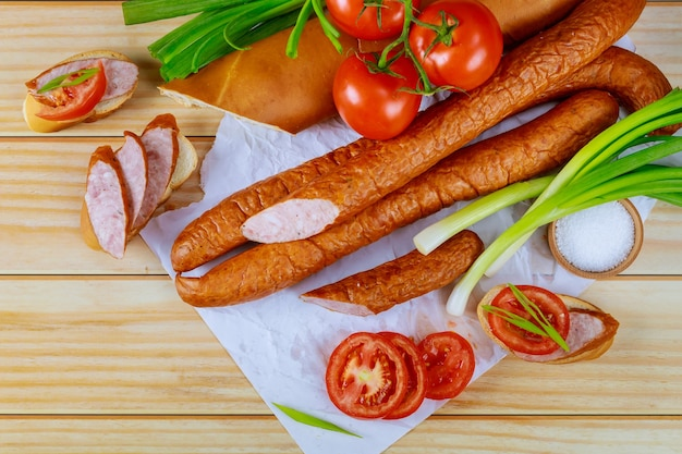 木製の背景にチャイブとトマトのパンとキルバサ